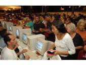 Bürger registrieren sich für die Abstimmung.